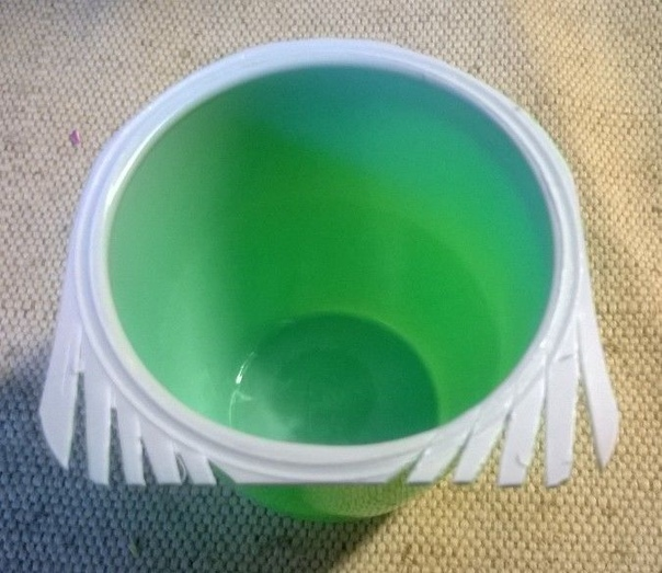 Мастер класс «Гусеничка» Материалы:Цветные стаканчики из-под детского йогурта или творожка (13 шт.).Синильная проволока или двухсторонняя цветная бумага зелёного цвета.Клей ПВА.Декоративная