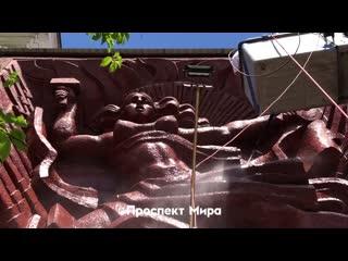 На Доме кино помыли революционерку с голой грудью