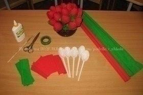 Букет тюльпанов из одноразовых ложек Запасаете по пять одноразовых ложек на каждый тюльпан, красную и зеленую гофрированную бумаги, зеленую изоленту для крепления.Создание букета тюльпанов из