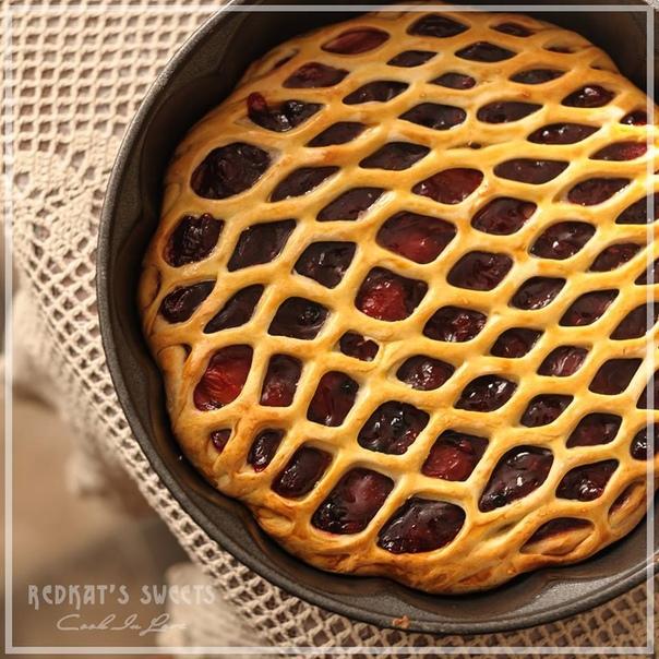 Фото: Вишневый пирог<br>Ингредиенты:<br>Для теста<br>• 200 мл. молока<br>• 2 яйца<br>• 100 г. сливочного масла или очень жирных домашних сливок<br>• 1,5 ч.л