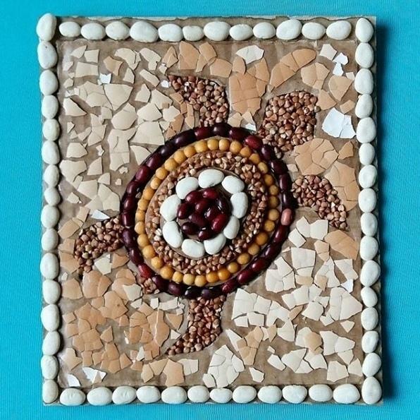 ПОДЕЛКИ НА МОРСКУЮ ТЕМУ. Морская черепашка из крупы Тренируем наши пальчики. Нам понадобятся: - картон; - скорлупа от яиц; - крупа - клей. Ход работы: Переводим рисунок черепашки на картон,